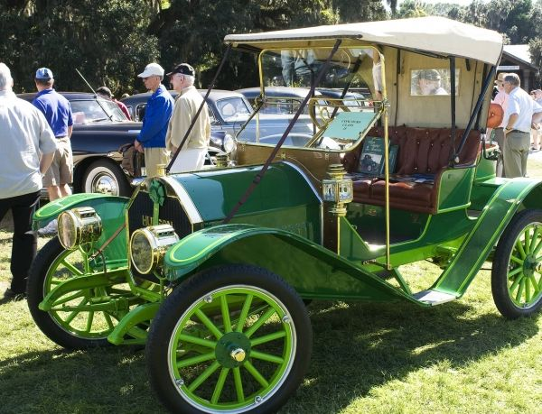 http://Green%20antique%20car